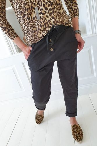 PERFECT JOGGERS BUTTONS Black von BYPIAS
